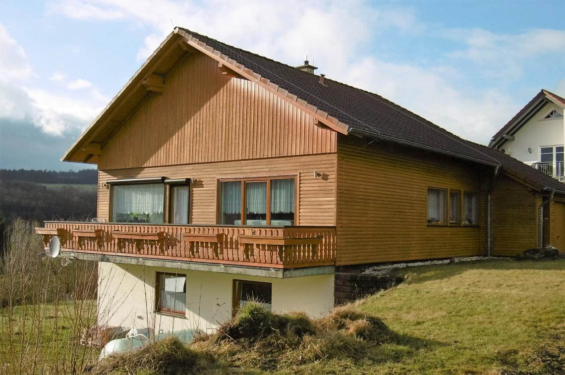 Einfamilienhaus mit doppelgarage modern  Überraschungspaket mit Fernblick – Aussen Holz innen modern ...